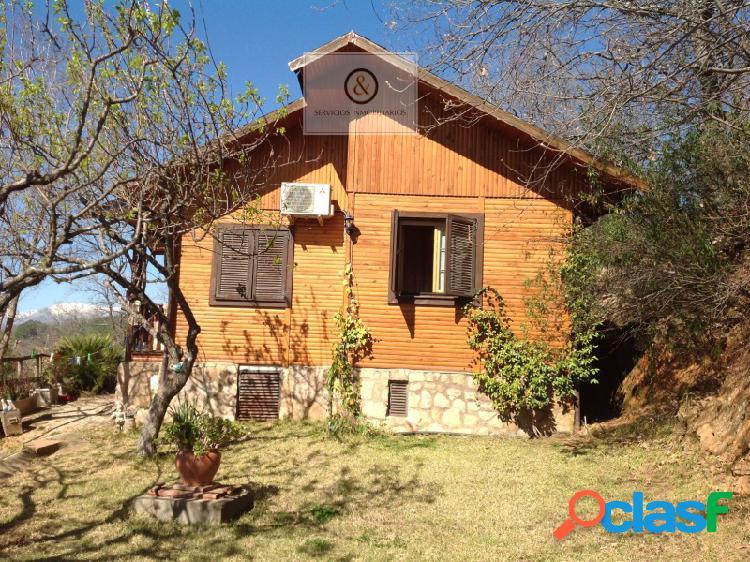 Casa de madera con magnificas vistas y todos los servicios.