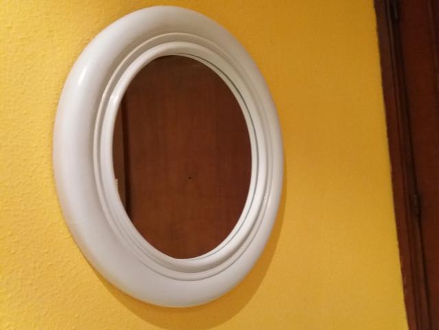 Espejo redondo de 54 cms. de diametro, color gris perla, con