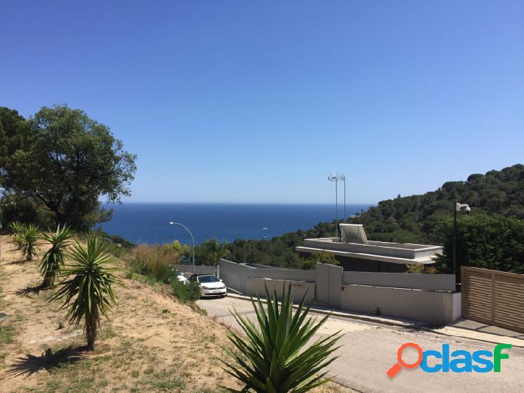 Parcela de 1372 m2 con vistas al mar y acceso dos calles, en