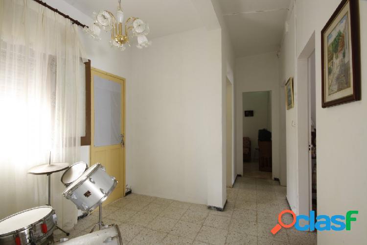 Piso con garaje, patio y terraza en Pineda