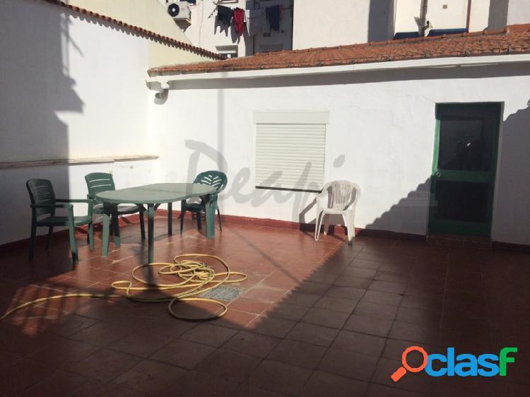 Piso con patio y cuatro dormitorios en Puerta del Ángel