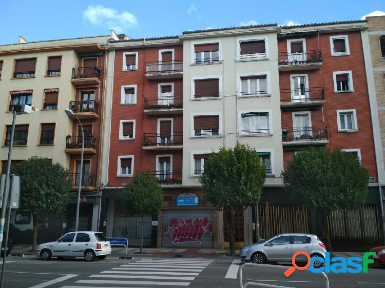 Se alquila piso de 3 dormitorios en Calle Abejeras. Buen
