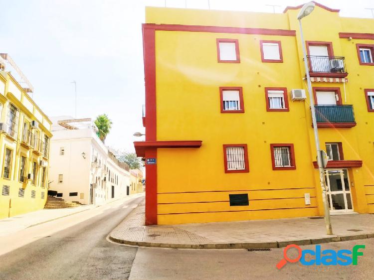 Piso amplio y luminoso con tres dormitorios, garaje y