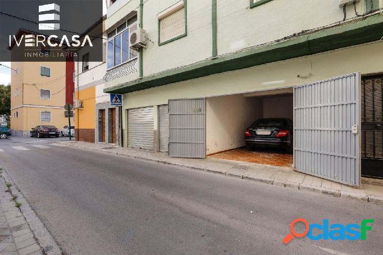 Amplia plaza de garaje cerrada junto avenida Dílar