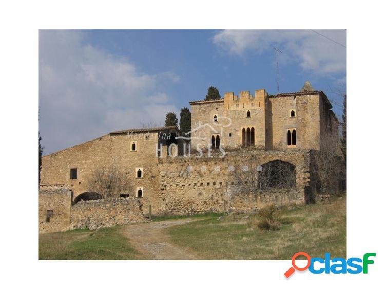 Castillo con casas y masía en venta cerca de Figueras Alt