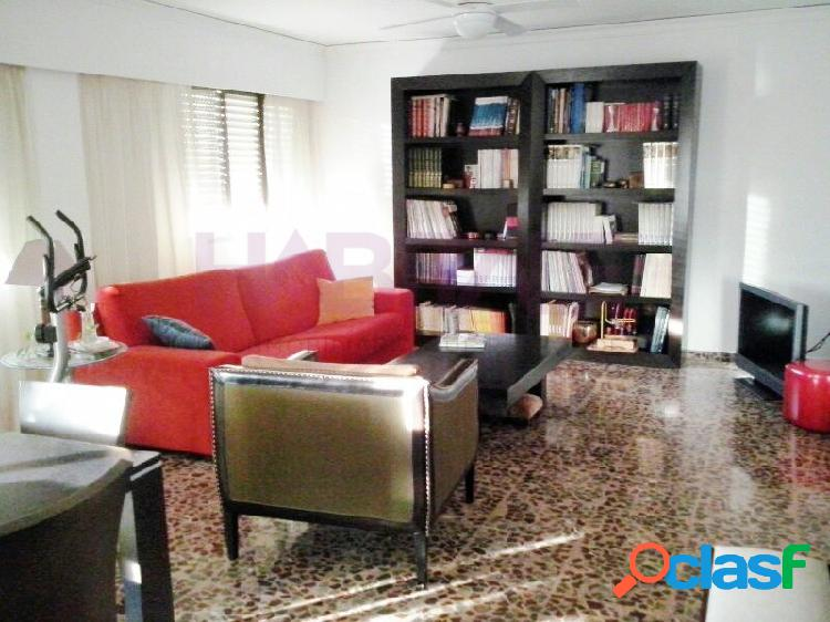 ¡Oportunidad! Amplio y luminoso piso reformado en zona