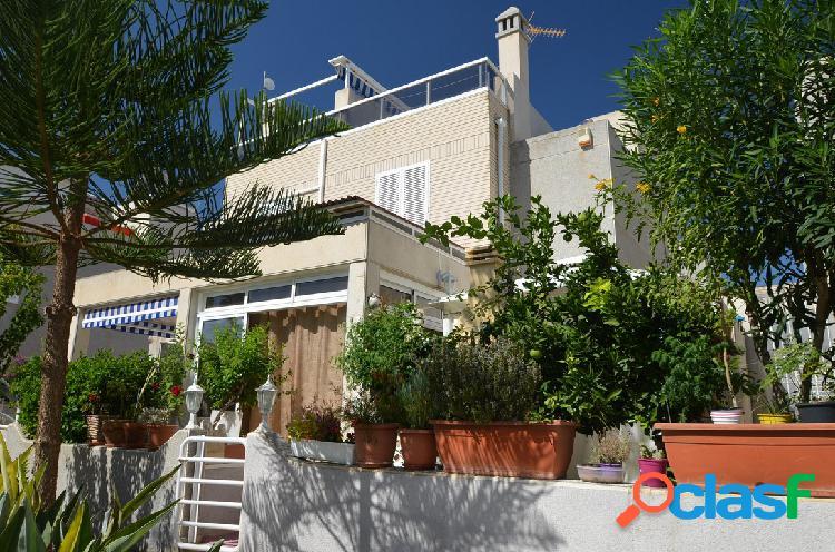 Una casa adosada en muy buen estado en una zona agradable