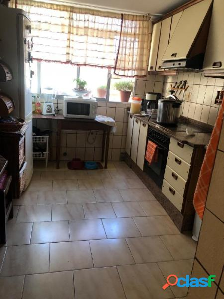 Amplio piso de 4 dormitorios y 2 baños en Calle el Almendro