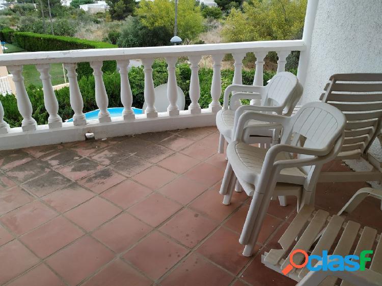 Apartamento de 99 m2 con terraza y vistas al mar.