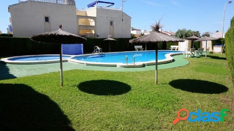 Apartamento totalmente reformado con solárium y piscina en