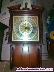 Reloj de pared con sistema de cuerdas y pesas