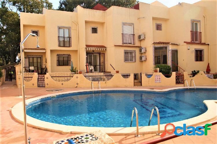 Casa adosada en urbanización con piscina
