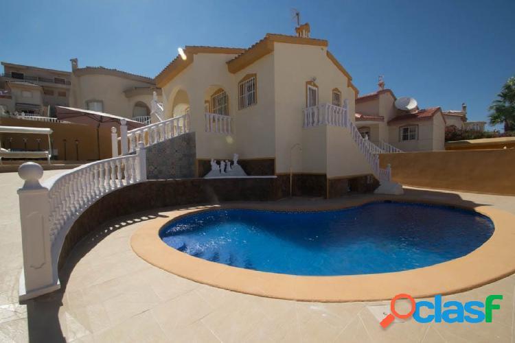 Chalet renovado con piscina privada.