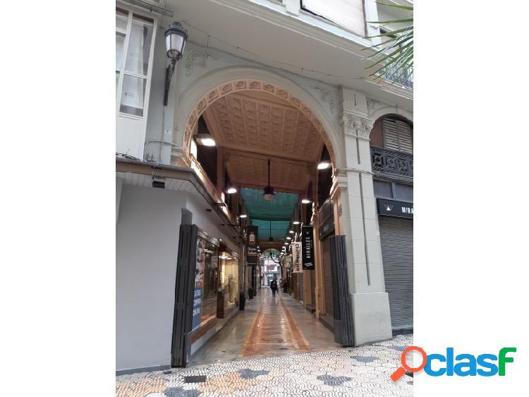 LOCAL COMERCIAL situado en el centro de la ciudad, entre