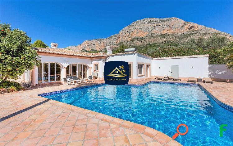 Soleada Villa Mediterránea de 6 dormitorios en Javea ·