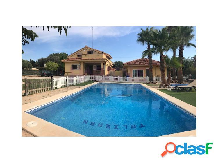 Chalet con piscina, jardín, barbacoa en Villamarchante, bus