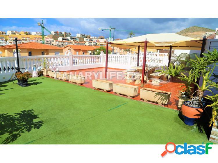 Espectacular casa con jardín y vista al mar en venta en