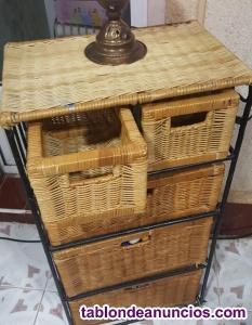Mueble de forja con cajones de mimbre.