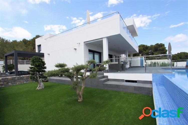 Villa de lujo de estilo moderno en venta en la costa de