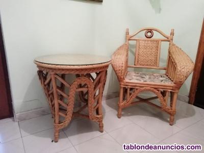 Mesa con dos sillones en bambù