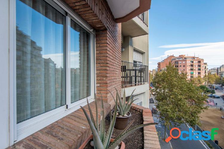 Piso ampli de 4 has, 2 baños, exterior, balcón y ascensor!