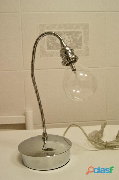 Lámpara sobremesa forma de bombilla con flexo en cromo