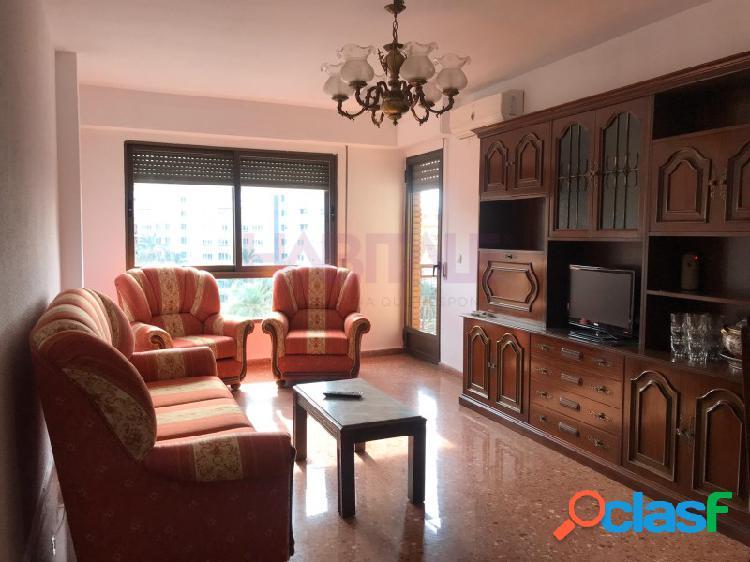 Alquiler de 4 habitaciones y 2 baños amueblado en Avda. Dr