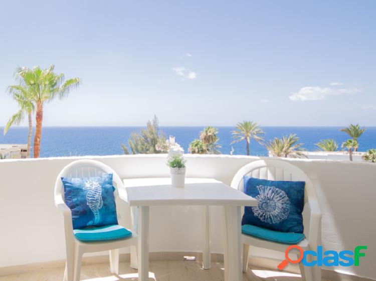 Un apartamento totalmente renovado con vistas al mar en un