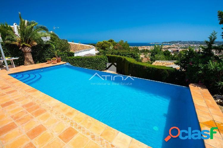 Villa de estilo ibicenco con espectaculares vistas al mar en