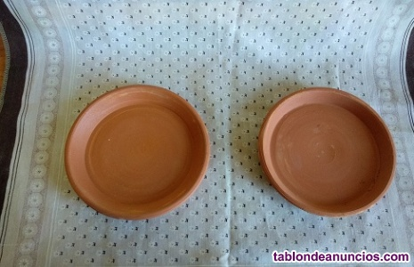 Se vende platos pequeños de barros, en los realejos.