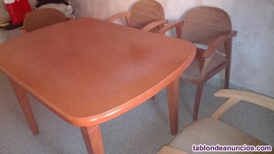 Mesa de salón y cuatro sillas.