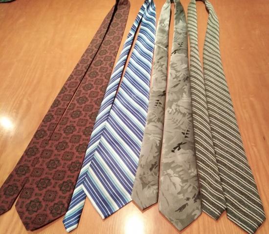 Vendo lote de 4 corbatas de traje estampadas