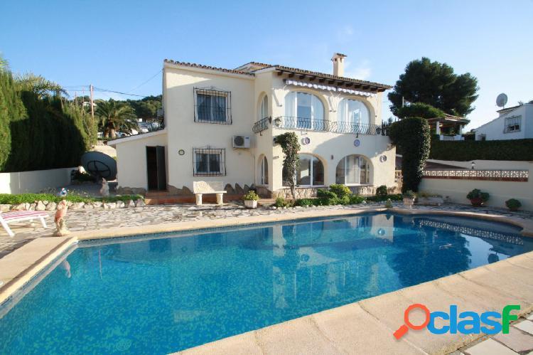 Bonita villa con vistas abiertas en Villotel, Moraira
