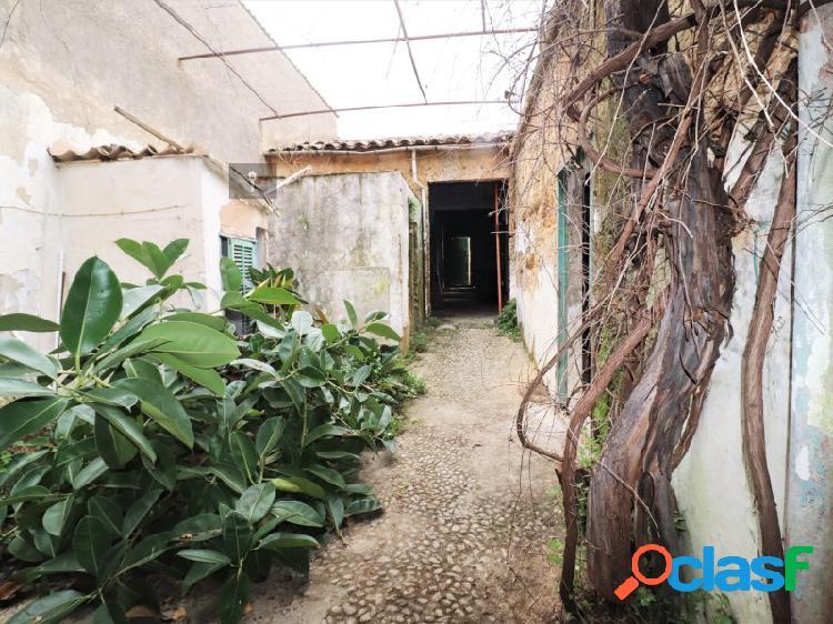 Casa de pueblo de tres alturas, en el corazón de Llubí.