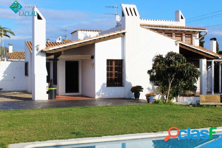 Chalet en venta en urbanización residencial Los Viñedos de