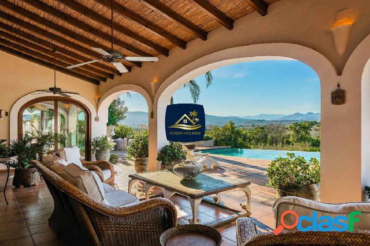 Elegante y Lujosa Villa de estilo colonial en Javea ·