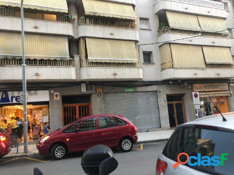 Oportunidad !! Local pleno centro Comercial Les Roquetes en