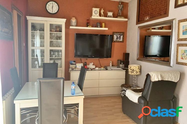 Piso en venta de 68m2 con 4 habitaciones y terraza en Carrer