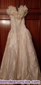 Se vende un vestido de novia con sus complementos.