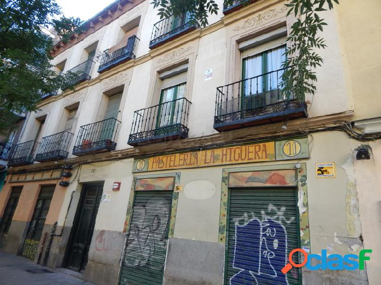 Se vende local comercial con patio interior en la calle