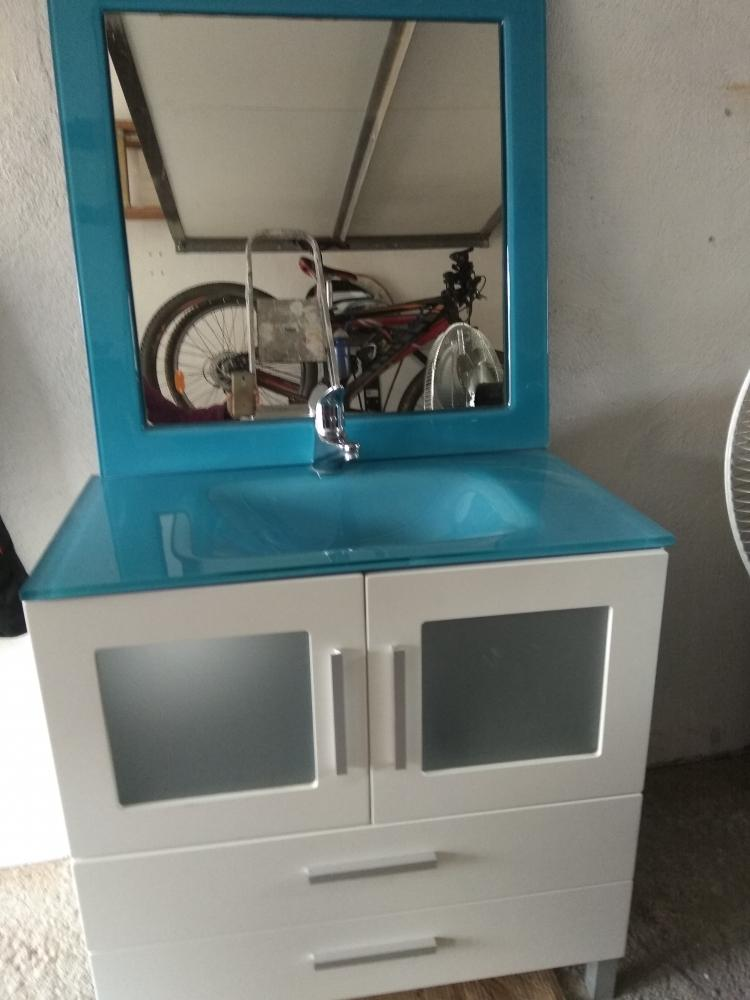 Mueble de baño con espejo y grifo