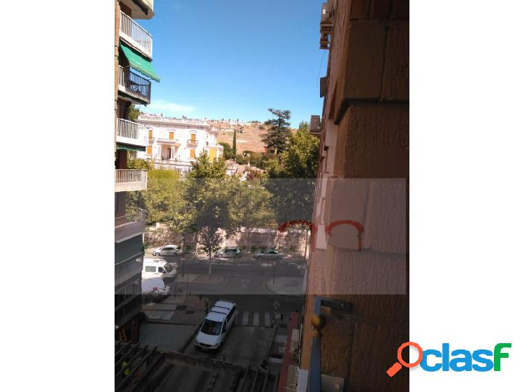 Amplio y luminoso piso en zona Avda de Cervantes.