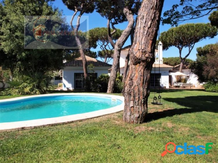 Villa de 5 dormitorios con enorme jardín y piscina, nuevo