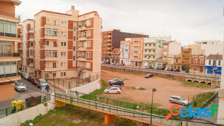 Se vende casa en primer piso sin ascensor y con una terraza