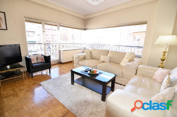 Urbis te ofrece un piso en la zona de San Juan.