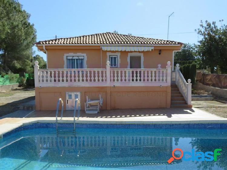 Chalet con piscina, 3 habitaciones, seminuevo.