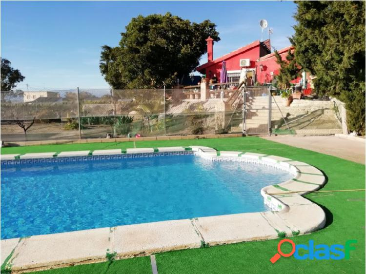 Finca rústica con casa de campo, piscina y varios frutales