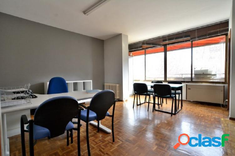 Se alquila oficina de 80 m2 en zona Orense