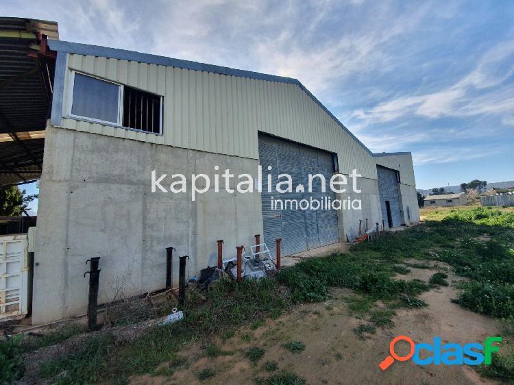 Terreno residencial con naves a la venta en Ontinyent.