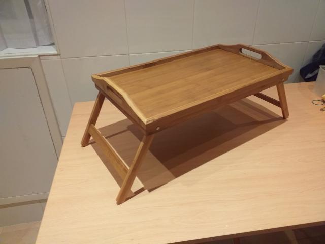 Bandeja para cama de madera, color claro, con patas